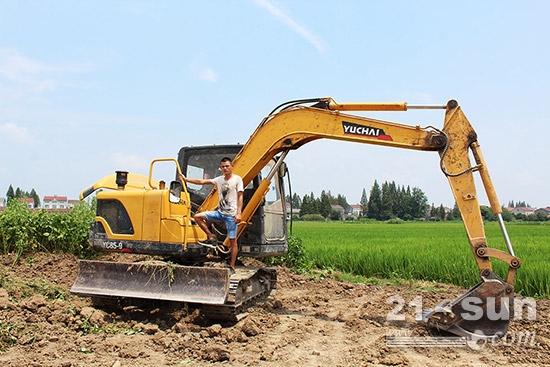 钟情15年!许氏父子用玉柴重工挖掘机挖出致富路