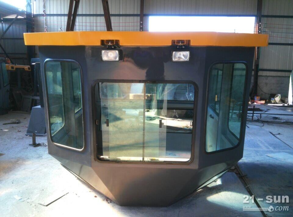 沃尔沃DD138HF胶轮驾驶室