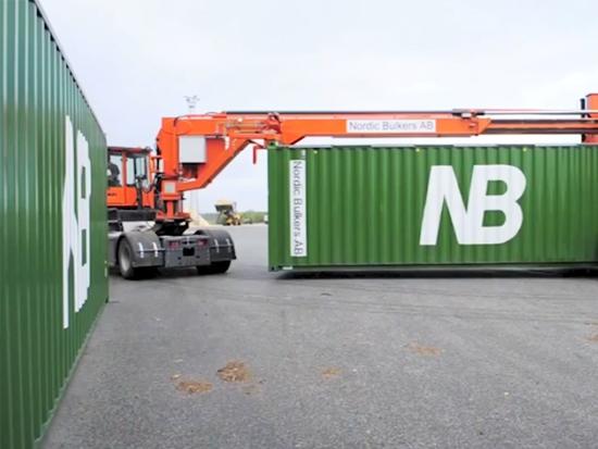 令人印象深刻的港口拖车