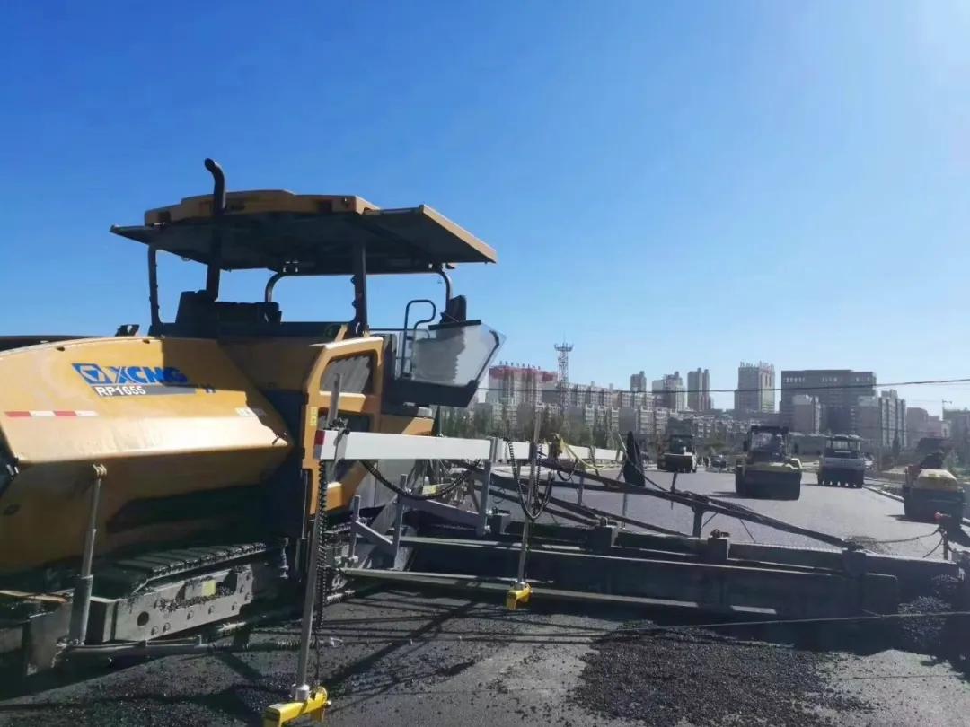 徐工超大型摊铺机RP1655沥青施工