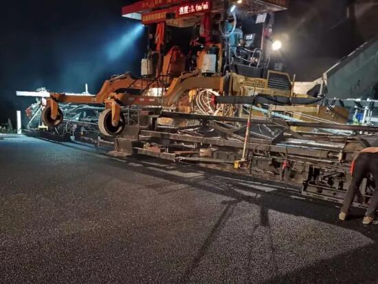 中大抗离析摊铺机在韶新高速2标沥青施工顺利进行
