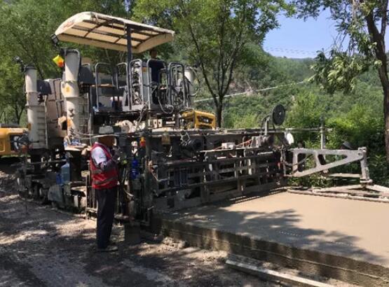 维特根 SP 25滑模摊铺机后挂式施工技术应用