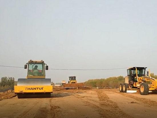 山推推土机设备助力省内某国道建设