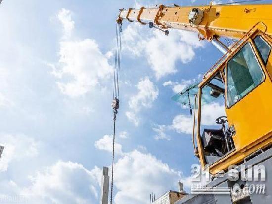 沧州吊装手操控1600吨起重机,挑战完成125米高吊装作业