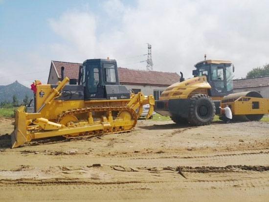 山推推土机某大型建筑工地施工