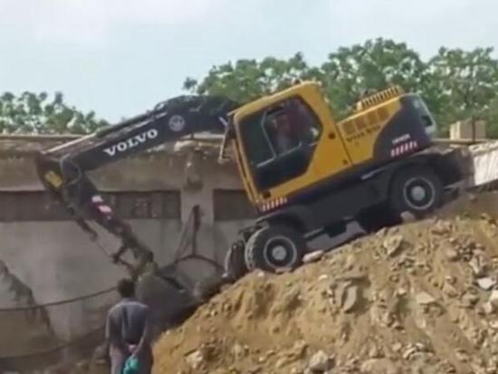 有经验的挖机司机, 才敢开轮式挖掘机爬坡