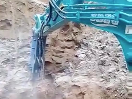 微型挖掘机破碎锤作业