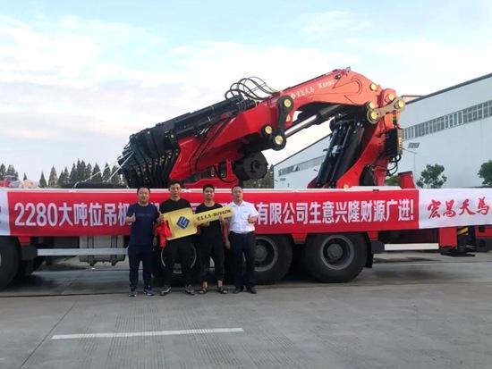 宏昌天马首批全折大吨位K2280随车吊成功集中交付