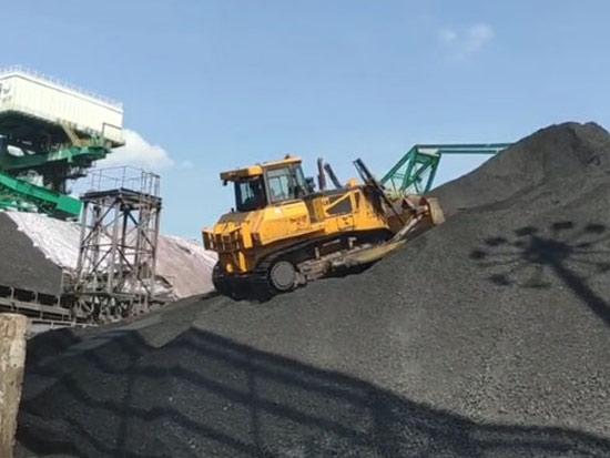 山推DH24-C2 CH煤炭版全液压推土机南方某港口码头推煤作业
