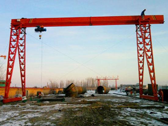 列举桥式起重机和龙门起重机的结构和功能特点