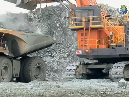實拍兩臺巨型工程機械施工,網友:我這一天工資不知夠踩幾腳油門