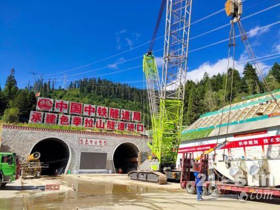 中联重科ZCC5200S履带起重机建设雪域高原