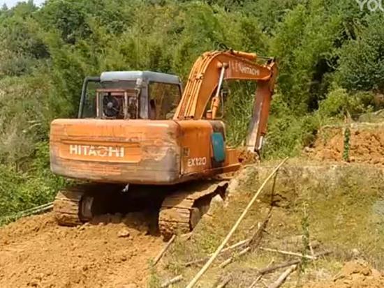 挖掘机在修路 挖掘机工作视频
