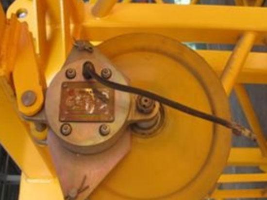 塔式起重机的滑轮与防脱装置的外缘间隙不应超过钢丝绳直径的多少
