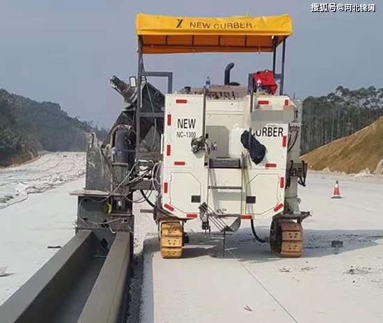 水泥混凝土滑模摊铺机施工