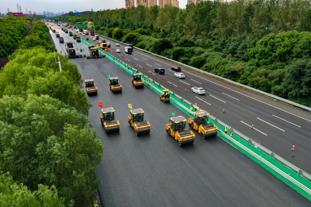央视聚焦!全球首例无人集群成功应用高速路面养护施工