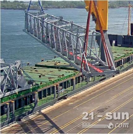 2台利勃海尔岸边集装箱起重机抵达加拿大蒙特利尔