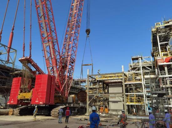 三一SCC6500A起重机助力阿曼DUQM炼油厂首台反应炉成功吊装就位