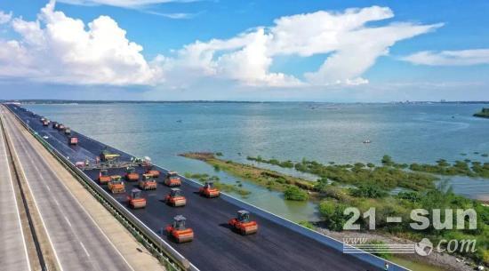 工地风采   福马组合再出战:铁山港跨海特大桥新桥沥青摊铺进行时