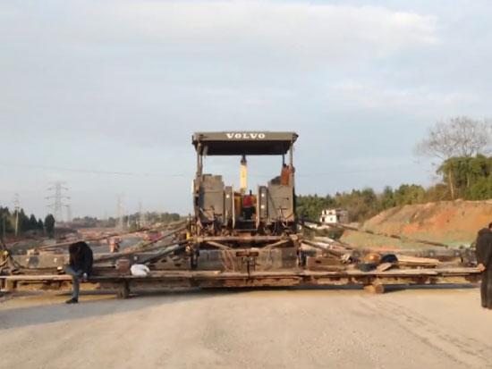 沃尔沃的大型机械—摊铺机,修公路的时候大显身手,效率真高