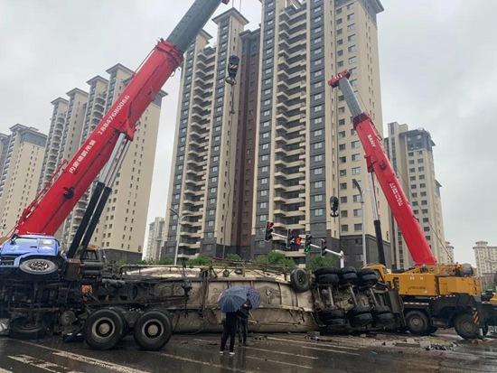 赤峰百噸水泥罐車側翻,三一起重機緊急救援