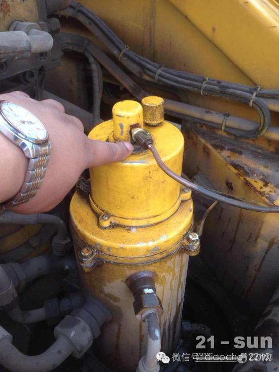 徐工QY20B上车油门中心回转接头处漏油,怎样维修?