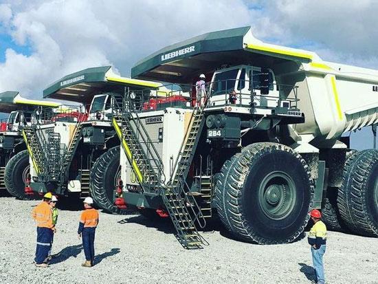 世界超大型矿用卡车,自重237吨,时速高达60公里,轮胎近4米高