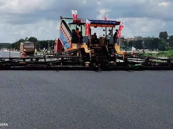Power KDT2360抗离析摊铺机19.25m超大宽度摊铺在沈海改扩建茂湛段顺利进行