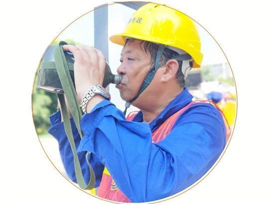 路面养护工人:与160℃高温作战