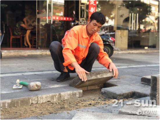 """不怕脏累巧手维护道路——24小时随叫随到,同安道路维护工人邓廷新悉心守护城市""""血脉"""""""