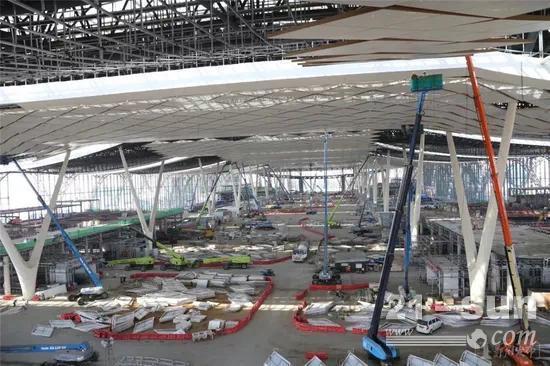高空作业设备齐助力,郑州南站工程同场转线正式完成